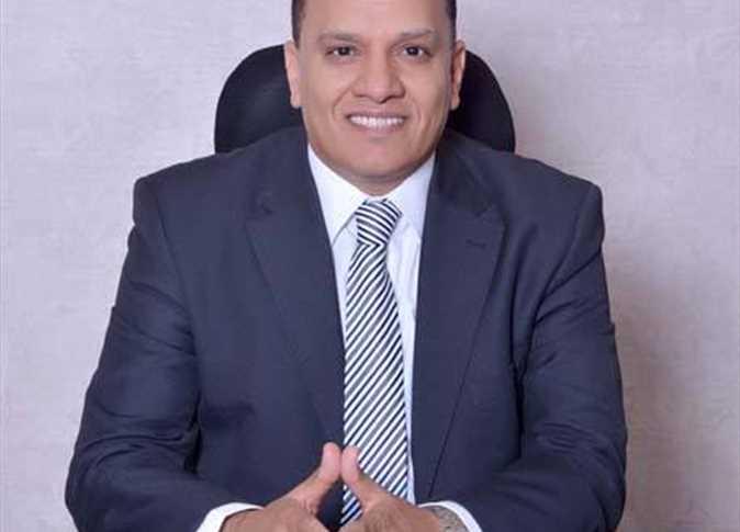 مرشح محتمل جديد للرئاسة ينشر صور «الكشف الطبي» وتوكيلات المواطنين